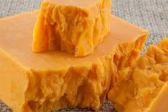 Blöcke des gealterten Cheddar-Käses Stockbild