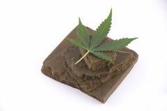 Blöcke des Haschisches, ein medizinisches Marihuanakonzentrat lokalisiert mit Stockfotos