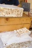Blöcke des Nugats sind für Verkauf an einem Markt in Sault, Frankreich lizenzfreie stockfotos