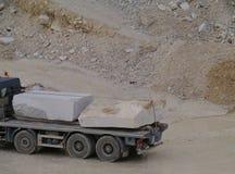 Blöcke des weißen Steins auf einem Lastwagen Lizenzfreie Stockfotos
