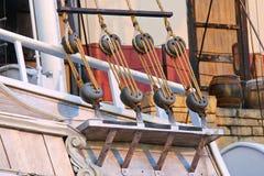 Blöcke und Seile auf Segelboot Stockfotografie