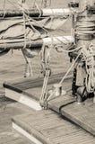 Blöcke und Takelung eines alten Segelboots, Nahaufnahme Lizenzfreie Stockbilder