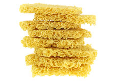 Blöcke von rohen und getrockneten sofortigen gelben Nudeln, asiatische Ramen Stockfotografie