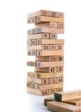 Blöcke von Spiel jenga auf weißem Hintergrund Vertikaler Turm ganz und im Spiel Holzklötze im Stapel mit Zahlen Stelle an Stockfotografie