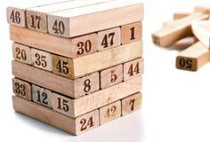 Blöcke von Spiel jenga auf weißem Hintergrund Vertikaler Turm ganz und im Spiel Holzklötze im Stapel mit Zahlen Stelle an Lizenzfreies Stockfoto