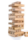 Blöcke von Spiel jenga auf weißem Hintergrund Vertikaler Turm ganz und im Spiel Holzklötze im Stapel mit Zahlen Stelle an Lizenzfreies Stockbild