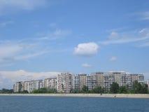 Blöcke von Wohnungen auf Morii See stützen in Bukarest unter Stockfotos