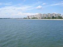 Blöcke von Wohnungen auf Morii See stützen in Bukarest unter Stockfoto
