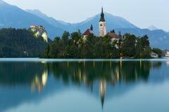 Blödd ö och blödd slott på skymning som blödas, Slovenien Royaltyfria Bilder