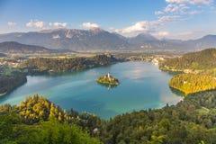 Blödd panoramautsikt av sjön, Slovenien arkivbilder