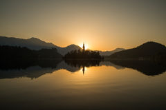Blödd sjö på soluppgång royaltyfria bilder