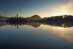 Blödd sjö på vintermorgon Arkivfoto