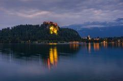 Blödd slott på den blödde sjön i Slovenien på natten Arkivbilder