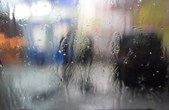 Blöta fönstret med bakgrunden av höstnattstaden Royaltyfri Fotografi