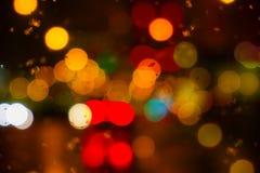 Blöta fönstret med bakgrunden av sikten för nattstadstrafik Fotografering för Bildbyråer