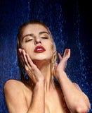 Blöta kvinnan vänder mot med bevattnar tappar Fotografering för Bildbyråer