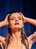 Blöta kvinnan vänder mot med bevattnar tappar Royaltyfri Foto