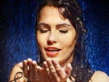 Blöta kvinnan vänder mot med bevattnar tappar. Royaltyfria Bilder
