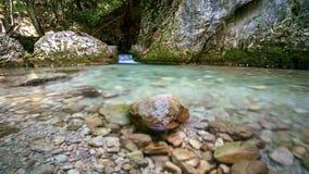 Blöta stenen på en bergström Royaltyfri Foto