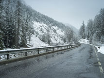 Blöta vintervägen i alpint Fotografering för Bildbyråer