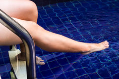 Blötande fot i vatten för att koppla av Arkivfoton