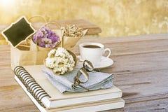 Blühen Sie Blumenstrauß mit Notizbuch die LatteKaffeetasse und die Gläser an Lizenzfreie Stockfotos