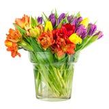 Blühen Sie Blumenstrauß von den bunten Tulpen lokalisierten im Glasvase lizenzfreies stockbild