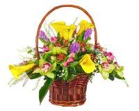 Blühen Sie Blumenstraußanordnung im Weidenkorb, der auf weißem Ba lokalisiert wird stockfotografie