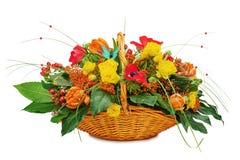 Blühen Sie Blumenstraußanordnungsmittelstück in einem Weidengeschenkkorb stockfoto