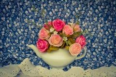 Blühen Sie in einem weißen Teetopf und in einer Weinlese, gemütlicher rustikaler Hauptdekor, Lizenzfreie Stockfotos