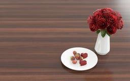Blühen Sie im Vase mit Nachtisch auf einer Platte - rechte Ansicht Lizenzfreie Stockfotografie