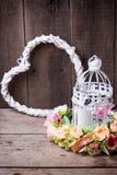 Blühen Sie Kranz, weißes Herz und dekorative Laterne mit Kerze Stockbild