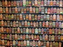 Blühen Sie Markt Bloemenmarkt, die Kühlschrankmagneten, die Fassaden von niederländischen Häusern darstellen Amsterdam, die Niede Lizenzfreie Stockbilder