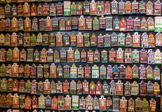 Blühen Sie Markt Bloemenmarkt, die Kühlschrankmagneten, die Fassaden von niederländischen Häusern darstellen Amsterdam, die Niede Lizenzfreies Stockfoto