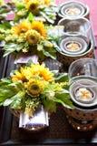 Blühen Sie mit Weihrauchlotos und -kerzen für das Beten von Buddha stockfotos