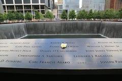 Blühen Sie nach links am nationalen 9/11 Denkmal am Bodennullpunkt im Lower Manhattan Stockfotografie