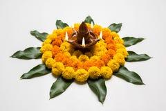 Blühen Sie rangoli für Diwali oder pongal oder das onam, das unter Verwendung der Ringelblumen- oder zendublumen und der roten ro Stockfotografie