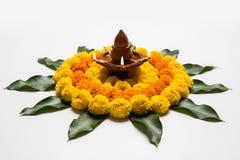 Blühen Sie rangoli für Diwali oder pongal oder das onam, das unter Verwendung der Ringelblumen- oder zendublumen und der roten ro Stockbild