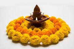 Blühen Sie rangoli für Diwali oder pongal oder das onam, das unter Verwendung der Ringelblumen- oder zendublumen und der roten ro Stockfoto