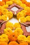 Blühen Sie rangoli für Diwali oder pongal oder das onam, das unter Verwendung der Ringelblumen- oder zendublumen und der roten ro Lizenzfreies Stockfoto