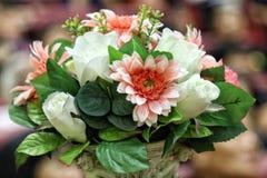 Blühen Sie rosa Plastikweißes des Blumenstraußes und stieg für Dekorationsbüroraum, die schöne bunte Blumenniederlassung, Plastik lizenzfreies stockbild