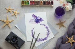 Blühende Bäume auf den Querneigungen des Wicklungflusses Künstlerarbeitsplatzbürste, Stift, Aquarell, Blumenstrauß von rosa Rosen Lizenzfreie Stockbilder
