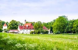 Blühende Blume vor Schloss Blutenburg in München - Deutscher lizenzfreie stockfotos