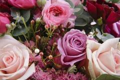 Blühende Blumenblumensträuße auf Weinleseholztisch Stockbilder
