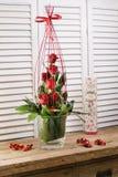 Blühende Blumenblumensträuße auf Weinleseholztisch Lizenzfreie Stockfotografie