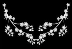 Blühende Kirsche der Stickerei verzweigt sich auf einen schwarzen Hintergrund weißer Abfall der Blumenblätter weg Modekleidungsde Lizenzfreies Stockfoto