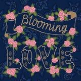 Blühende Liebe Bunte romantische Weinlesekunst Goldene Handbeschriftung, rosa Rosen auf Marineblau kopieren Hintergrund stock abbildung