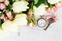 Blühende Rosen des Rosas und des Weiß Stockfotos