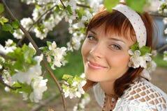 Blühender Apfelbaum und Mädchen stockbild
