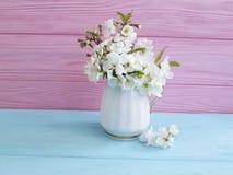Blühender bunter hölzerner Hintergrund des Kirschfrühjahrvasen-Blumenstraußes stockfotografie
